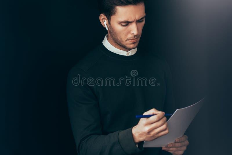 Porträt des nachdenklichen jungen gut aussehenden Mannes haben ein Gespräch mit Kollegen während des Treffens von drahtlosen Kopf lizenzfreie stockfotografie