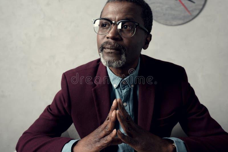 Porträt des nachdenklichen reifen Afroamerikanermannes lizenzfreies stockfoto