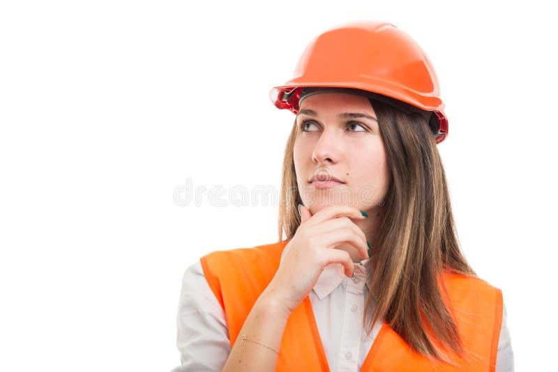 Porträt des nachdenklichen weiblichen Baus oder des Ingenieurs lizenzfreie stockfotos