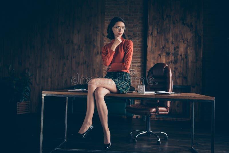 Porträt des netten attraktiven reizend Fachmannes erfuhr Exekutivunternehmensdirektorgründerfinanzier-CEO-Chef stockfotografie
