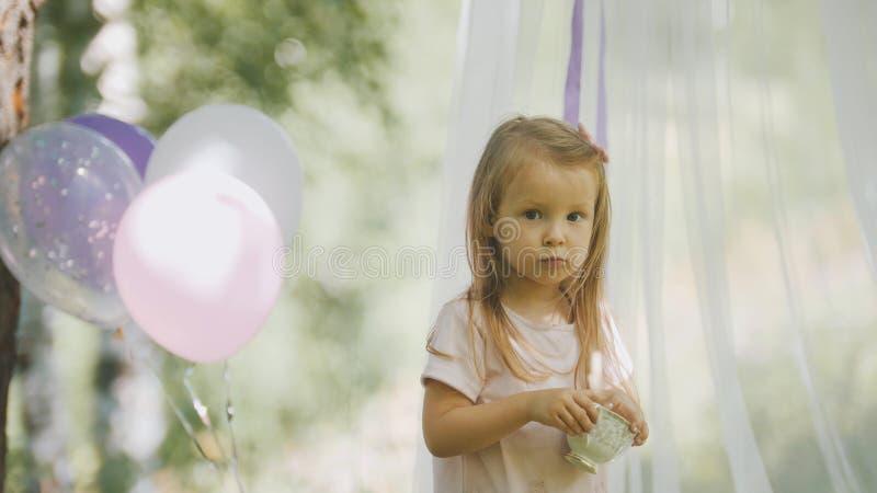 Porträt des netten blonden kleines Kindermädchens im Park lizenzfreie stockfotos