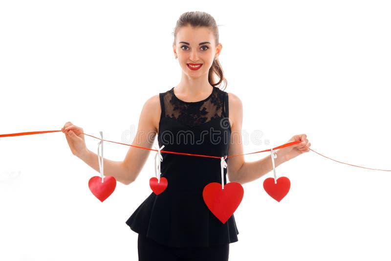 Porträt des netten Brunette in der Liebe mit dem roten Herzen lokalisiert auf weißem Hintergrund Heiligvalentinsgruß ` s Konzept  lizenzfreie stockfotos
