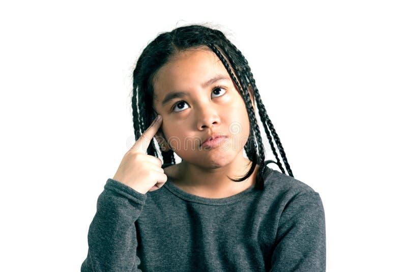 Porträt des netten Denkens des kleinen Mädchens stockfotos