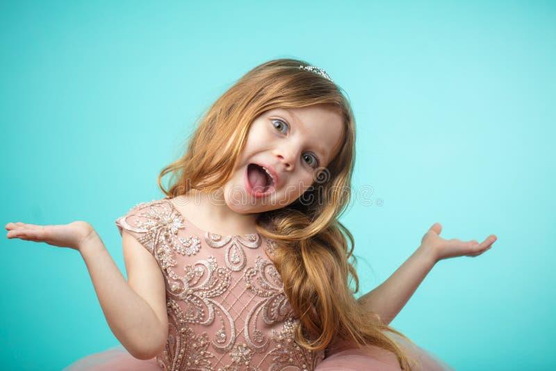 Porträt des netten glücklichen bezaubernden kleinen Mädchens in Prinzessinkleid lizenzfreies stockfoto