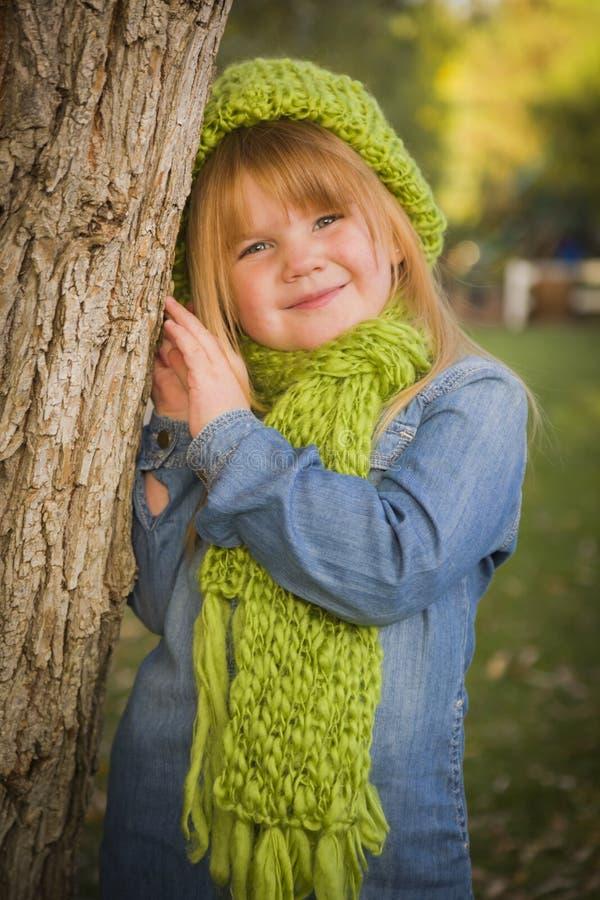 Porträt des netten jungen Mädchens, das grünen Schal und Hut trägt lizenzfreies stockfoto