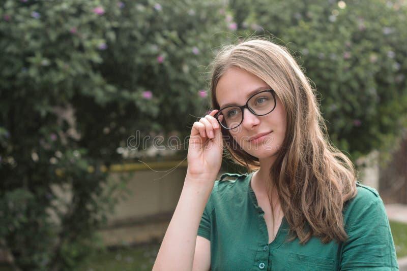 Porträt des netten jungen Mädchens mit Brillen, lächelnd Blondes Haar, natürliches, schönes jugendlich Altersmädchen Sommerportr? stockfoto