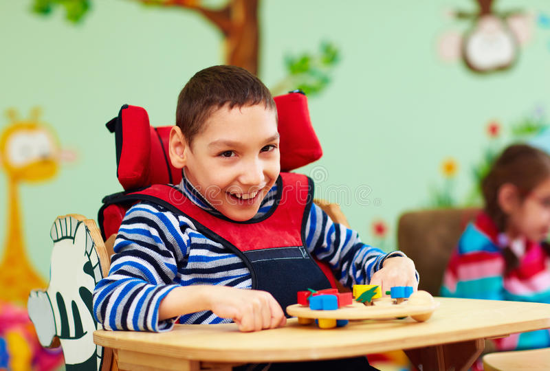 Porträt des netten Jungen mit Unfähigkeit in Rehabilitationszentrum für Kinder mit speziellem Bedarf lizenzfreie stockfotos