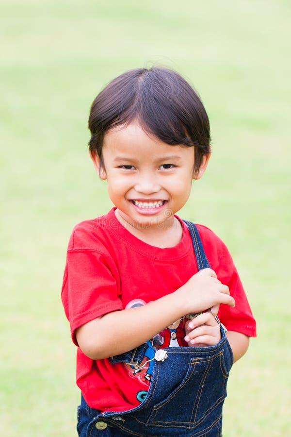Porträt des netten Jungenlächelns stockbild