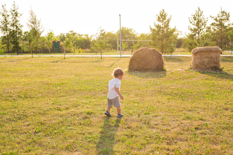 Porträt des netten kleinen Babys, das Spaß draußen hat Lächelndes glückliches Kind, das draußen spielt stockbild