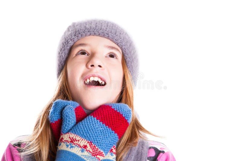 Porträt des netten kleinen Mädchens, das oben schaut stockfotos