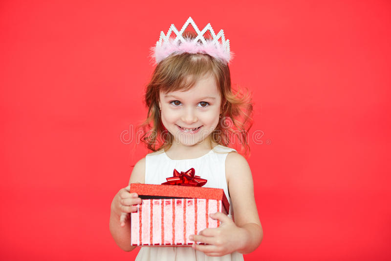 Porträt des netten kleinen Mädchens mit Geschenkbox lizenzfreie stockfotografie