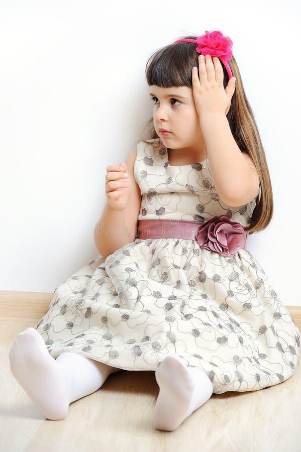Porträt des netten kleinen Mädchens in Prinzessinkleid lokalisiert. stockfotografie