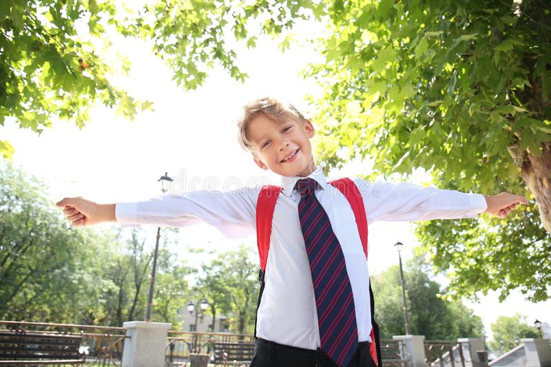 Porträt des netten kleinen Schülers draußen lizenzfreie stockbilder