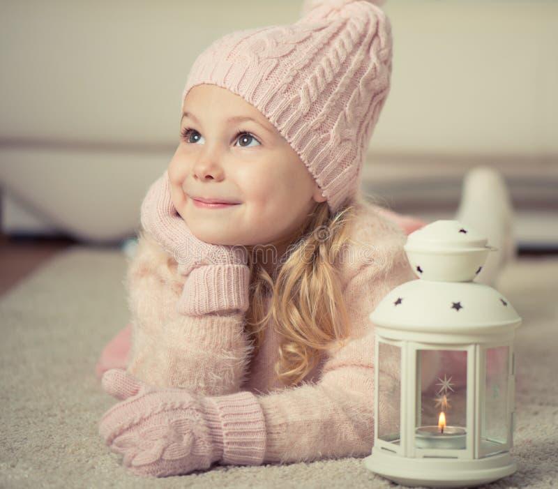 Porträt des netten Mädchens im Hut und der Handschuhe zur Weihnachtszeit stockfoto