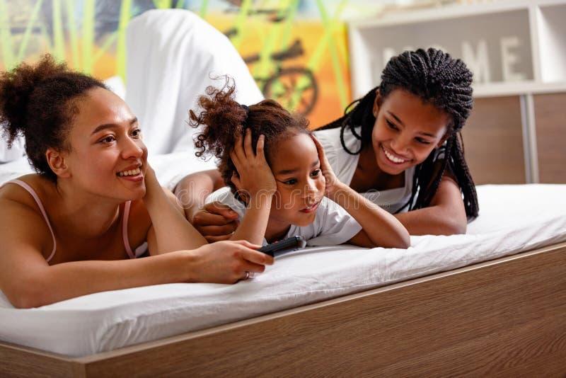 Porträt des netten Mädchens des jungen Afroamerikaners mit Mutter und Si lizenzfreie stockbilder