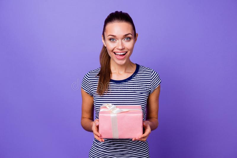 Porträt des netten reizend erstaunten Damenjugendgriffhandgroßen rosa Kasten-Rufschreis beeindruckte unglaubliche Überraschung 14 stockbild