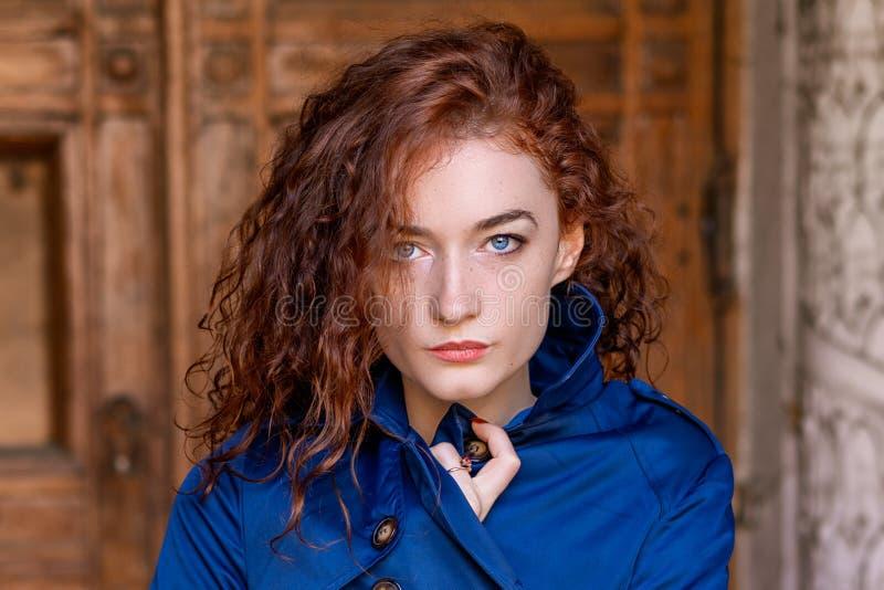 Porträt des netten rothaarigen Mädchens, des gewellten Haares und der schönen Augen lizenzfreie stockbilder