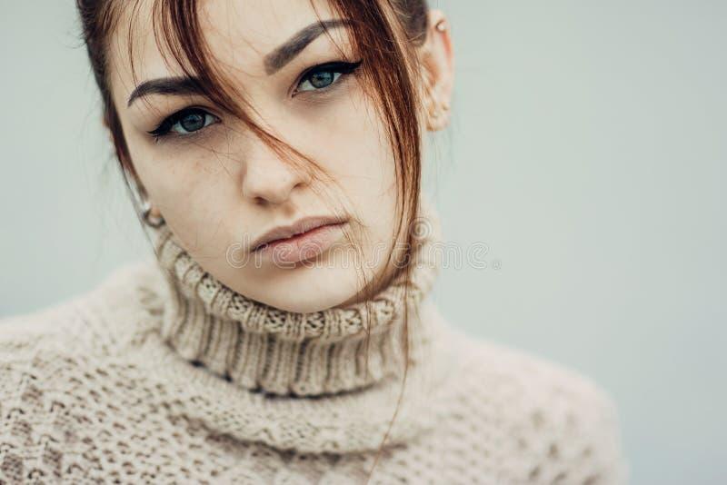 Porträt des netten schönen jungen Mädchens mit Sommersprossenahaufnahme lizenzfreie stockfotos