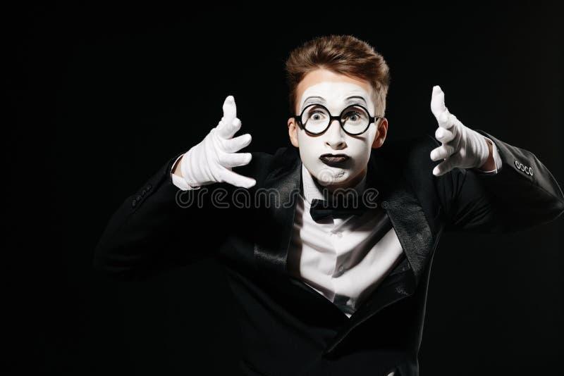 Porträt des Pantomimemannes auf schwarzem Hintergrund lizenzfreie stockfotografie