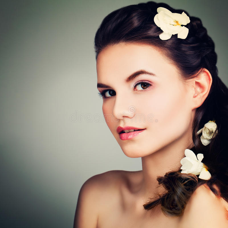 Porträt des perfekten Brunette-Modells Woman mit Abschlussball Hairst stockfotografie