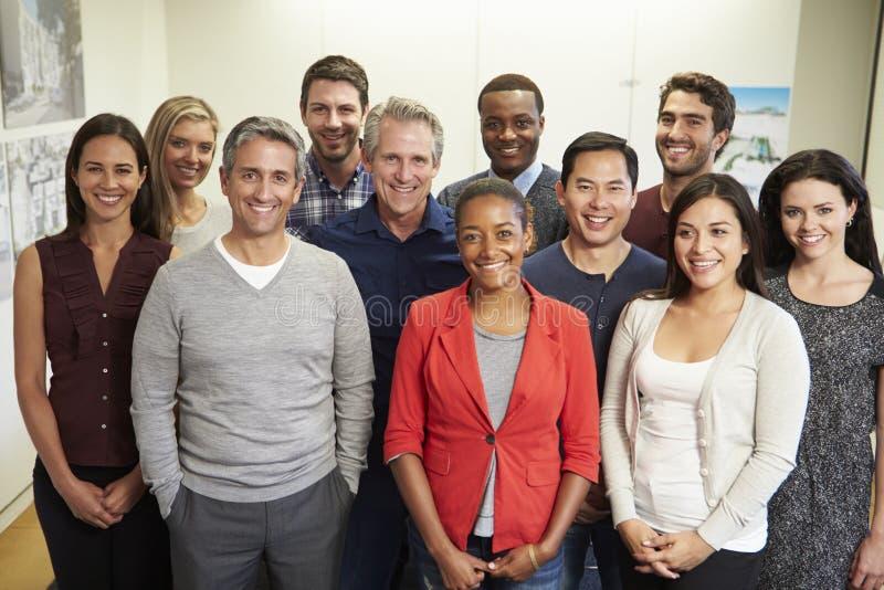 Porträt des Personals im modernen multiethnischen Büro lizenzfreies stockfoto