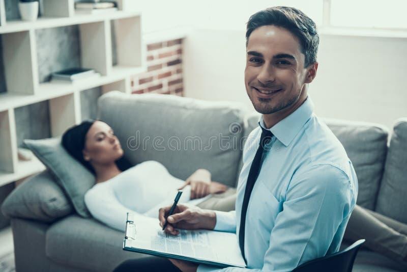Porträt des Psychologen das, der eine Frau im Büro konsultiert stockbild