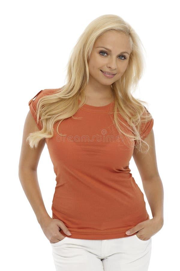Porträt des recht blonden Mädchenlächelns lizenzfreies stockbild
