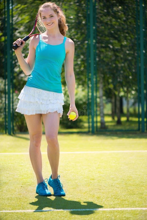 Porträt des recht jungen Tennisspielers stockbilder