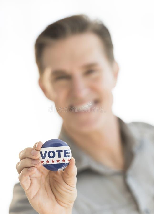 Porträt des reifen Mannes Abstimmungs-Knopf halten stockfoto