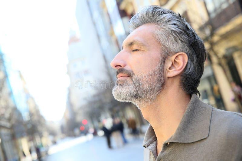 Porträt des reifen Mannes des Zens in der Stadt lizenzfreies stockfoto