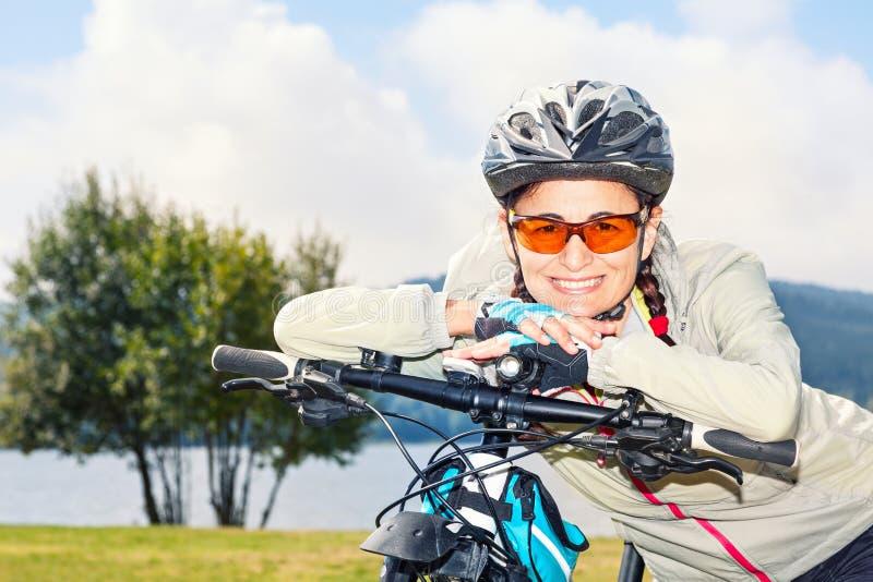 Porträt des reifen weiblichen touristischen Radfahrers stockfoto