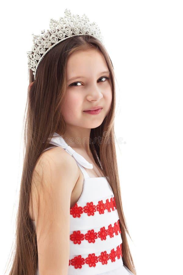Porträt des reizend kleinen Mädchens in der Krone lizenzfreie stockfotos