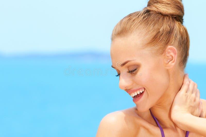 Porträt des reizend Lächelns der jungen Frau stockfotos