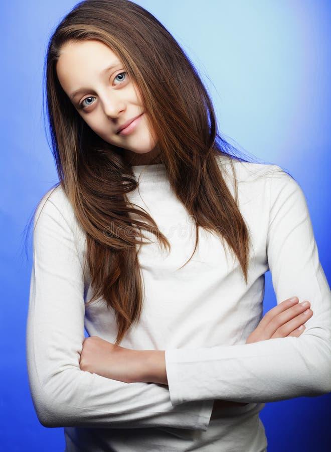 Porträt des reizenden kleinen Mädchens stockfoto