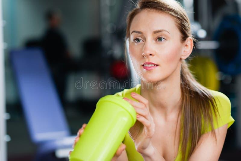 Porträt des reizenden Mädchens Flasche Wasser in ihren Händen halten lizenzfreies stockfoto