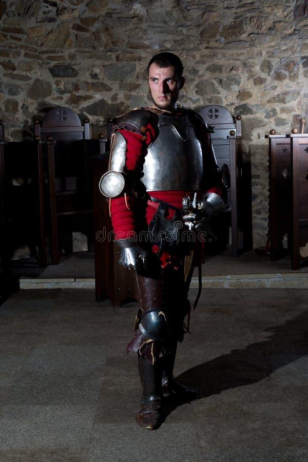 Porträt des Ritters in Armor Standing im alten Kloster stockfotos