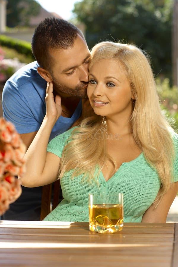 Porträt des romantischen jungen Paarküssens lizenzfreies stockfoto