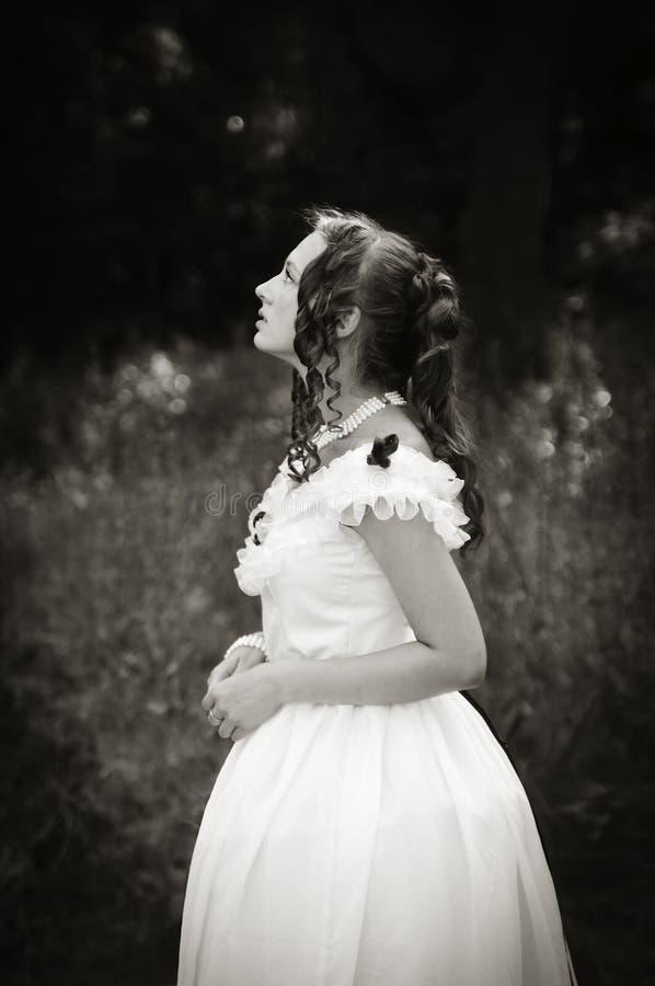 Porträt des romantischen Mädchens in einem Ballkleid lizenzfreies stockbild