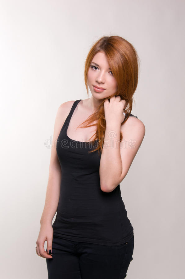 Porträt des rot-haarigen Mädchens lizenzfreies stockbild