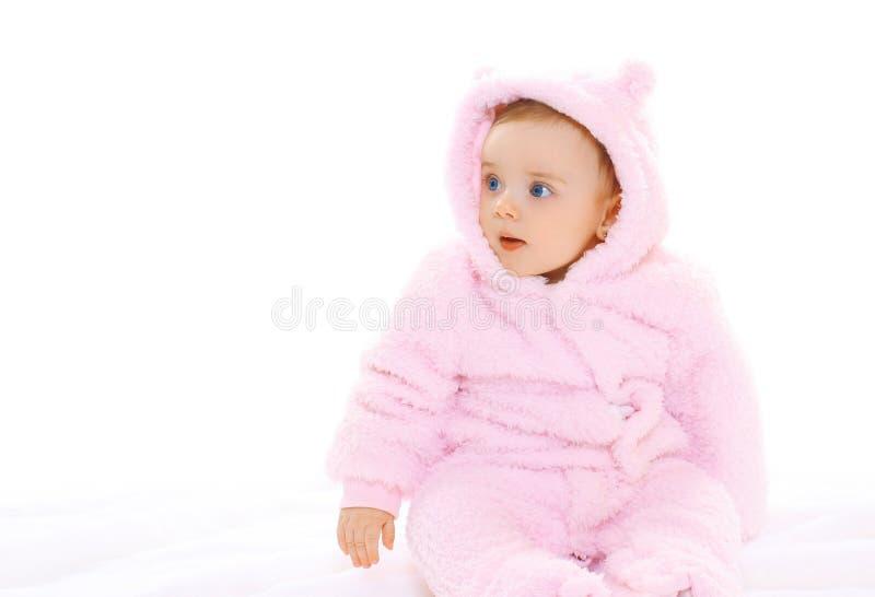 Porträt des süßen Babys im weichen Overall, der weg schaut lizenzfreie stockfotos