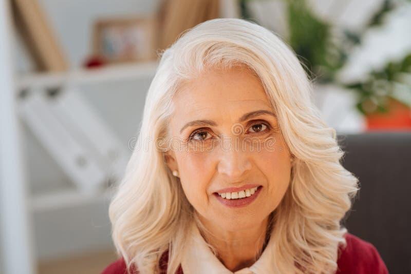 Porträt des schönen älteren Frauenlächelns stockfotos