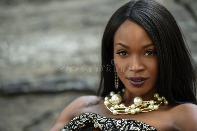 Porträt des schönen afroen-amerikanisch Mädchens stockfoto