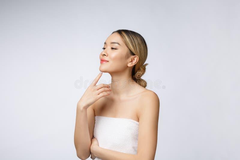 Porträt des schönen asiatischen Frauenmakes-up von Kosmetik, Mädchenhandnotenbacke, Gesicht der Schönheit perfekt mit Wellness stockfoto