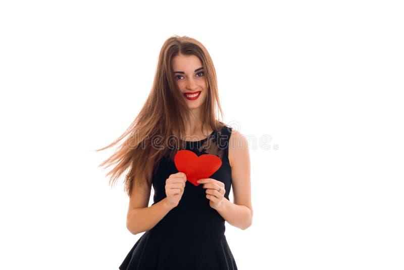 Porträt des schönen Brunette in der Liebe mit dem roten Herzen lokalisiert auf weißem Hintergrund Heiligvalentinsgruß ` s Konzept stockbild