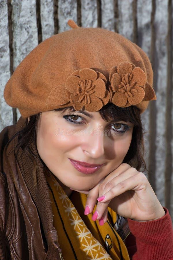 Porträt des schönen Brunette mit der Herbstkappe stockbild