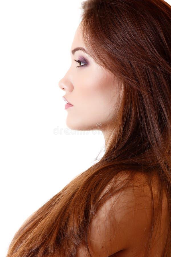 Porträt des schönen Gesichtes der jungen Frau im Profil stockfoto