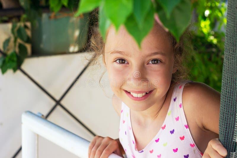 Porträt des schönen jugendlich Mädchens, das am Garten lächelt Glückliches Chi stockfotografie