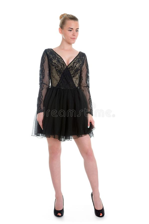 Porträt des schönen jungen blonden Mädchens im schwarzen Kleid Art und Weise lizenzfreie stockfotografie