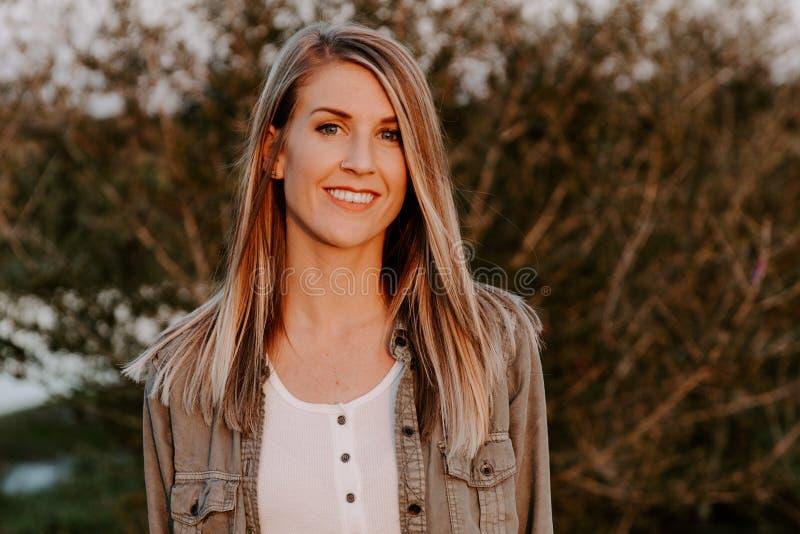Porträt des schönen jungen erwachsenen professionellen weiblichen Frauen-Mode-Modells Person Smiling Outside am Park in der Nat lizenzfreies stockbild