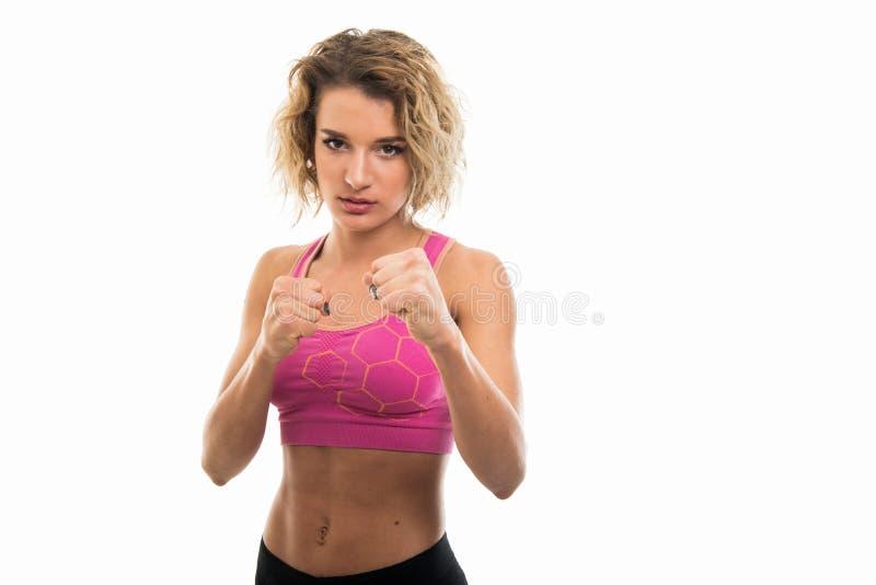 Porträt des schönen jungen geeigneten Mädchens, das Fäuste wie das Kämpfen zeigt lizenzfreies stockbild